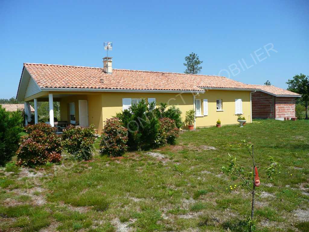 A la campagne mais non isolée, à 3 min d'un village et proche des commodités, très belle maison contemporaine de 2009.
