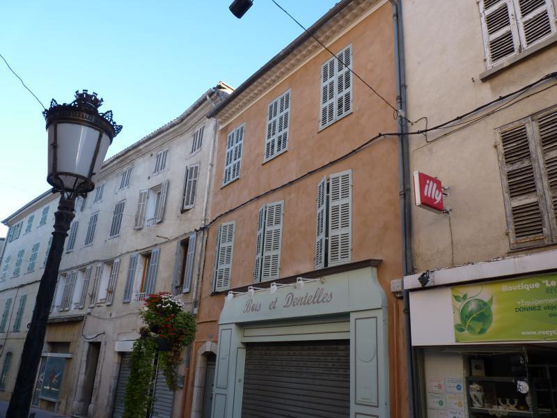 APPARTEMENT ANCIEN BRIGNOLES BRIGNOLES, idéal investisseur, immeuble composé de 6 appartements + 1 local commercial .