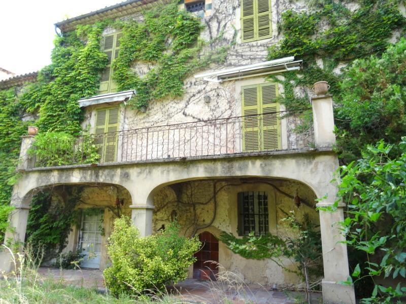 MAISON DE VILLAGE T8 LA ROQUEBRUSSANNE aux beaux volumes agrémentée d'un grand jardin avec piscine.
