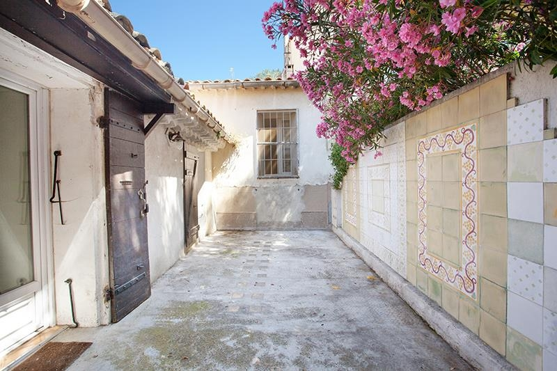 Au coeur du village d'Eguilles, proche de la Mairie, nous vendons une Maison de ville de 110m² avec terrasse, à rénover !