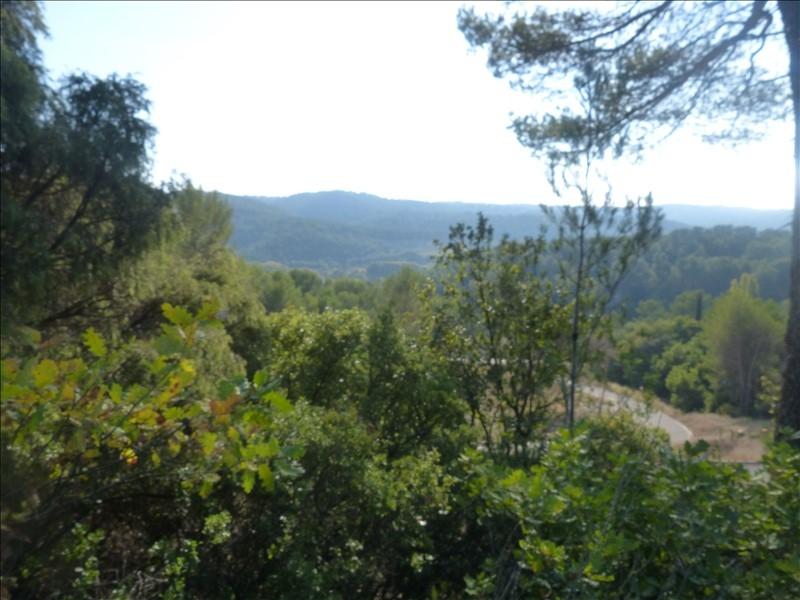 Aix-en-Provence, sur la campagne du Tholonet et à proximité des commerces, nous vendons 3 terrains constructibles et viabilisés