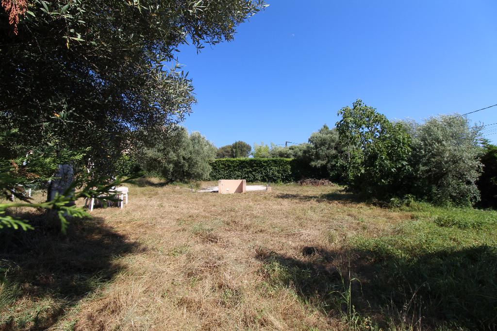 Beau terrain plat Le Beausset - De 615 m² viabilité en bordure - Piscinable