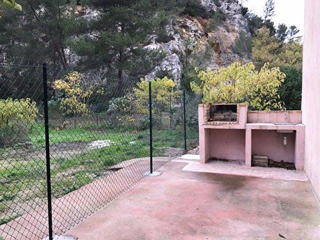 A louer Evenos 3 pièces au 1er étage avec barbecue et jardin privatif.