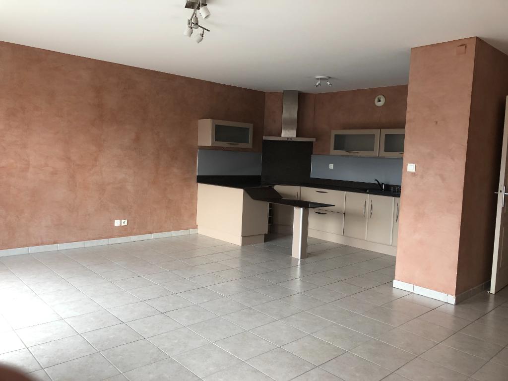 Appartement T3 de 63m² avec terrasse et garage.