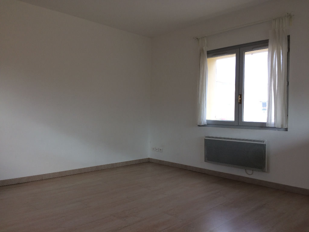 Sanary - Haut de villa T3 de 58m² .