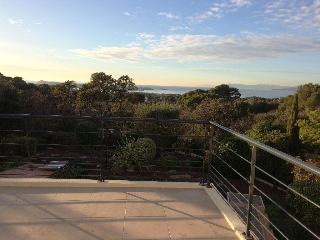 SIX FOURS LES PLAGES - Villa de 202m2 avec jardin et piscine.