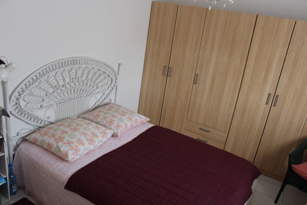 Ollioules, appartement traversant t3 + balcon + place de parking.
