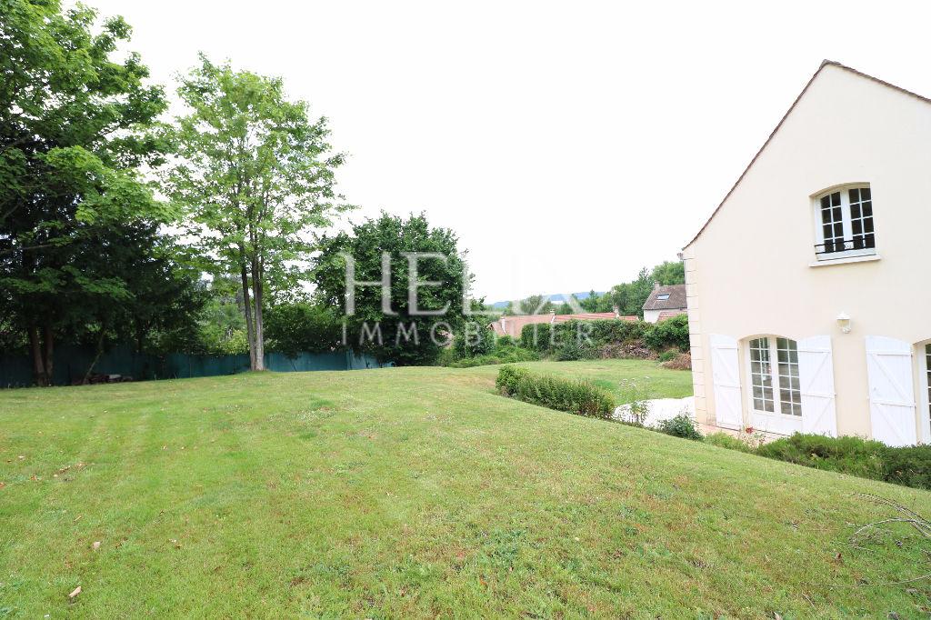 A louer Orgeval proche du centre ville un maison 8 pièces de 226 M² avec un grand jardin