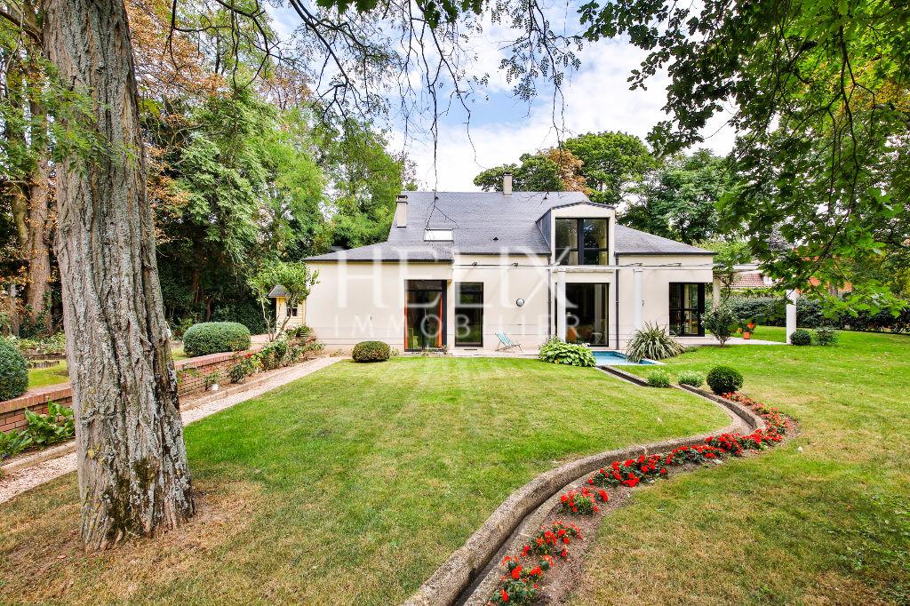 Le Vésinet - Maison 10 pièces de 308 M² avec grand jardin