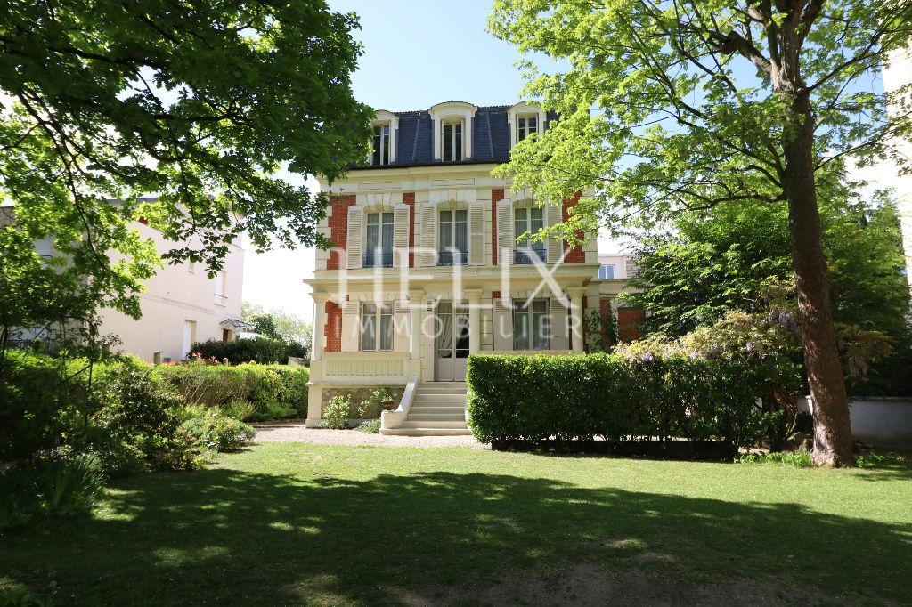 Le Vésinet Centre - Magnifique maison Napoléon III 7 pièces de 214 M²