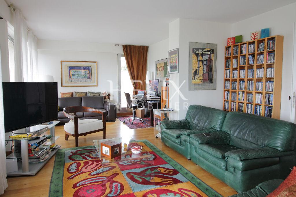 Proche du lycée international de St Germain en laye ,  en étage élevé d'une belle résidence en pierre de taille récemment ravalée avec gardien et situé dans un cadre verdoyant  , spacieux appartement familial de 110 m² .  Il se compose  d'un double living