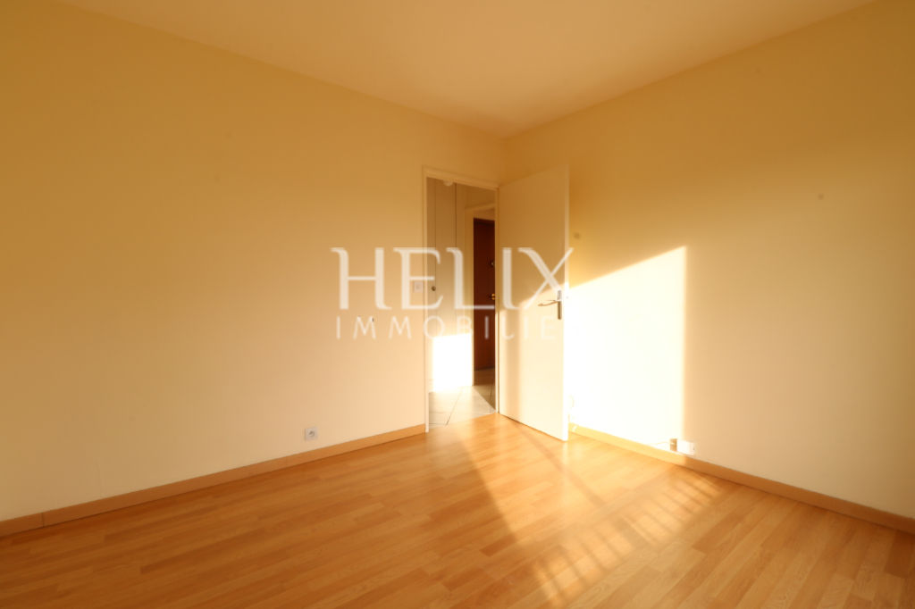 bel appartement 2 pi ces dernier tage avec ascenseur parking saint germain en laye helix. Black Bedroom Furniture Sets. Home Design Ideas
