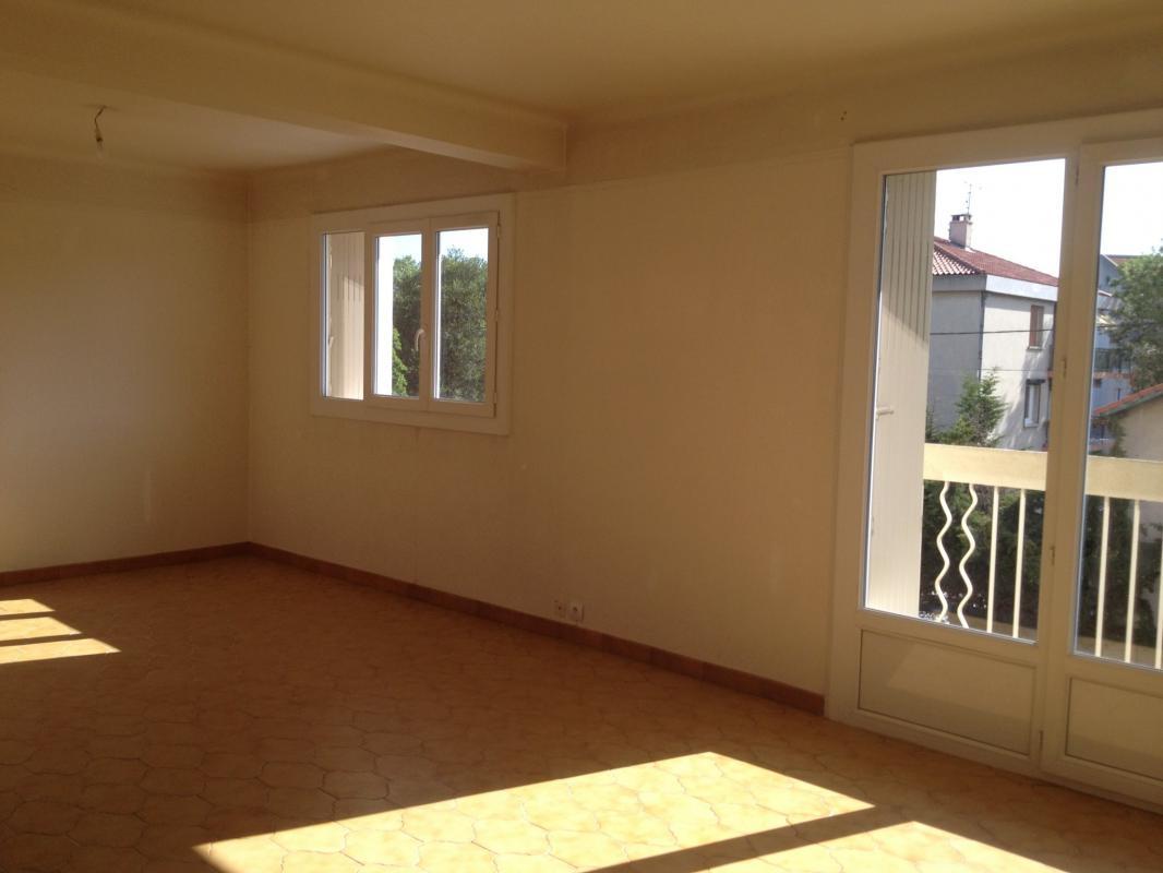 a louer appartement t3 proche tramway aubagne 13400. Black Bedroom Furniture Sets. Home Design Ideas